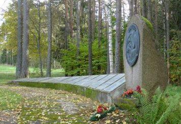 п. Яунанна, волость Яунаннас, край Алукснес. Мемориал братской могиле, в которой похоронено 480 советских воинов, в т.ч. 288 неизвестных. Здесь же увековечена память 15 местных жителей, погибших в годы войны.