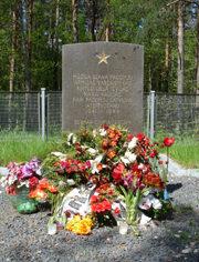 г. Саласпилс, край Саласпилс. Памятник по улице Лазду, установлен на воинском кладбище, где похоронено 90 воинов погибших в годы войны. У памятника размещены и четыре памятные плиты с именами погибших.