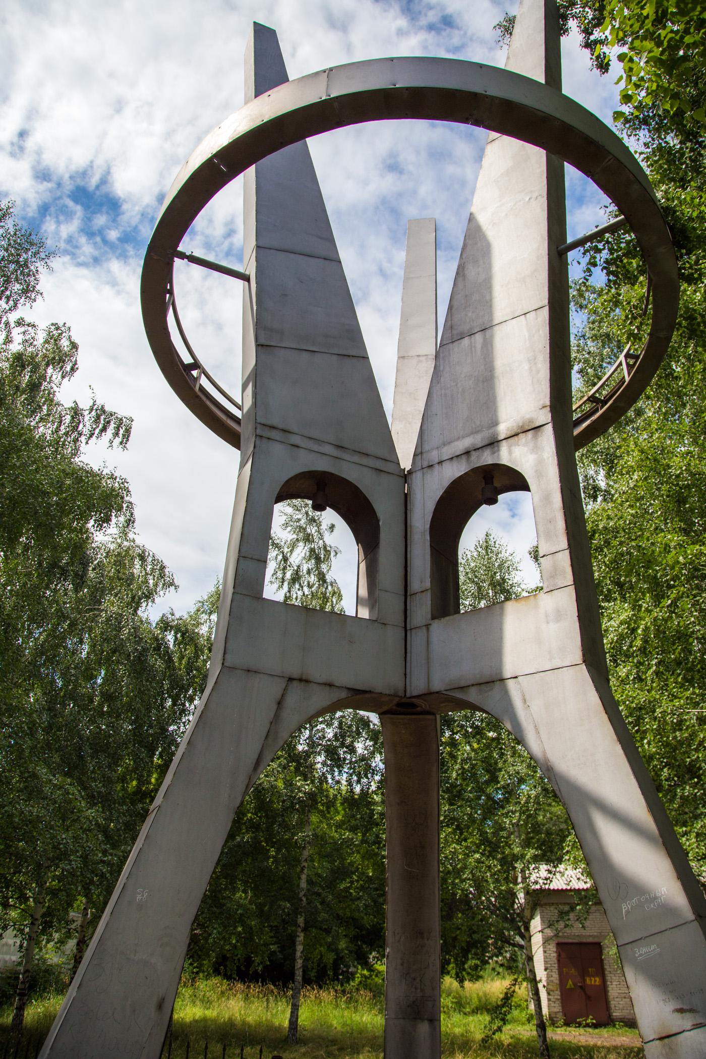 Остатки памятника японским военнопленным в Барнауле, установленного в 1996 году. Сейчас не хватает колоколов, которые висели в проемах, и должны были рассказывать живым о погибших.