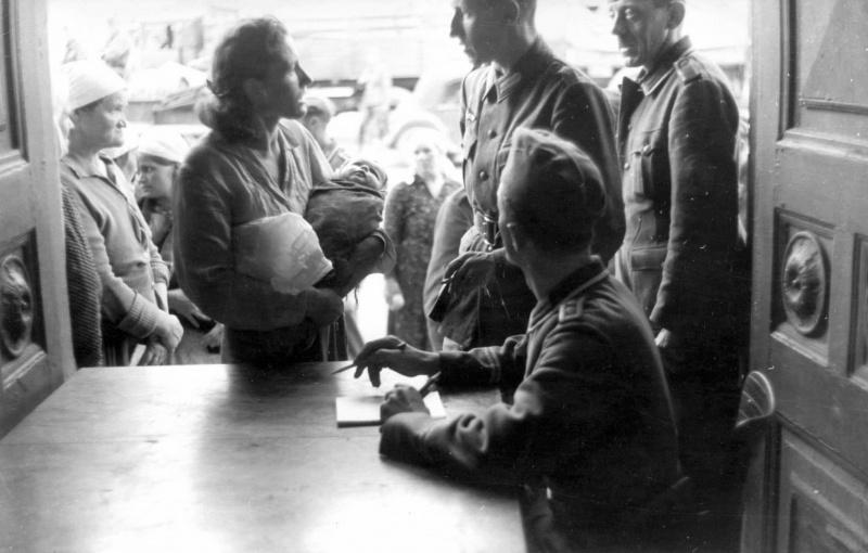 Регистрация местных жителей в Могилеве. 1941 г.