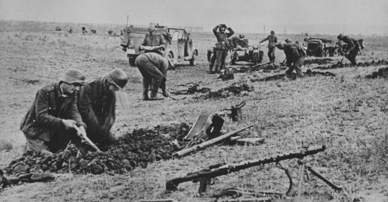 Рытье окопов под Сталинградом. 1942 г.