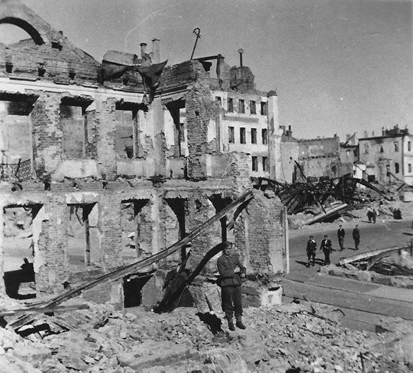 Руины на углу пл. Свободы и Интернациональной. Лето, 1941 г.