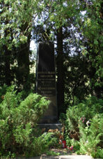 г. Саласпилс. Обелиск по улице Ливземес, установлен на братской могиле, в которой похоронено 166 воинов, в т.ч. 136 неизвестных.