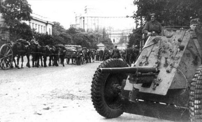 Немецкие колонны идут на Печерск вверх по улице Грушевского. Сентябрь 1941 г.