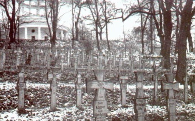 Немецкое кладбище, вдали - Аскольдова могила.
