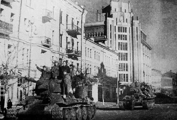 Танковая колонна возле ЦУМа. 1943 г.