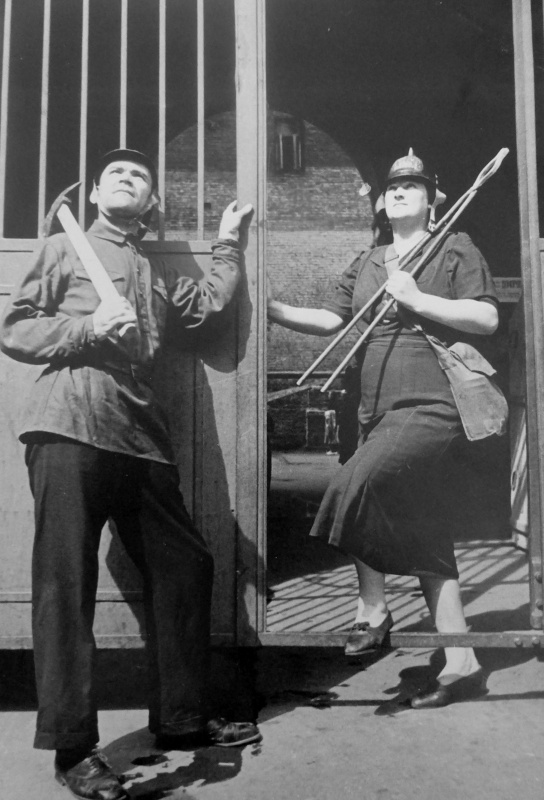 Артисты Большого театра на дежурстве в отряде местной ПВО. Август, 1941 г.