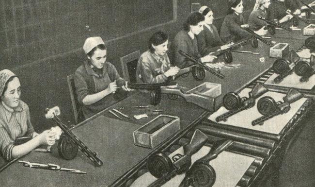 Сбор автоматов ППШ на одном из московских заводов. 1942 г.