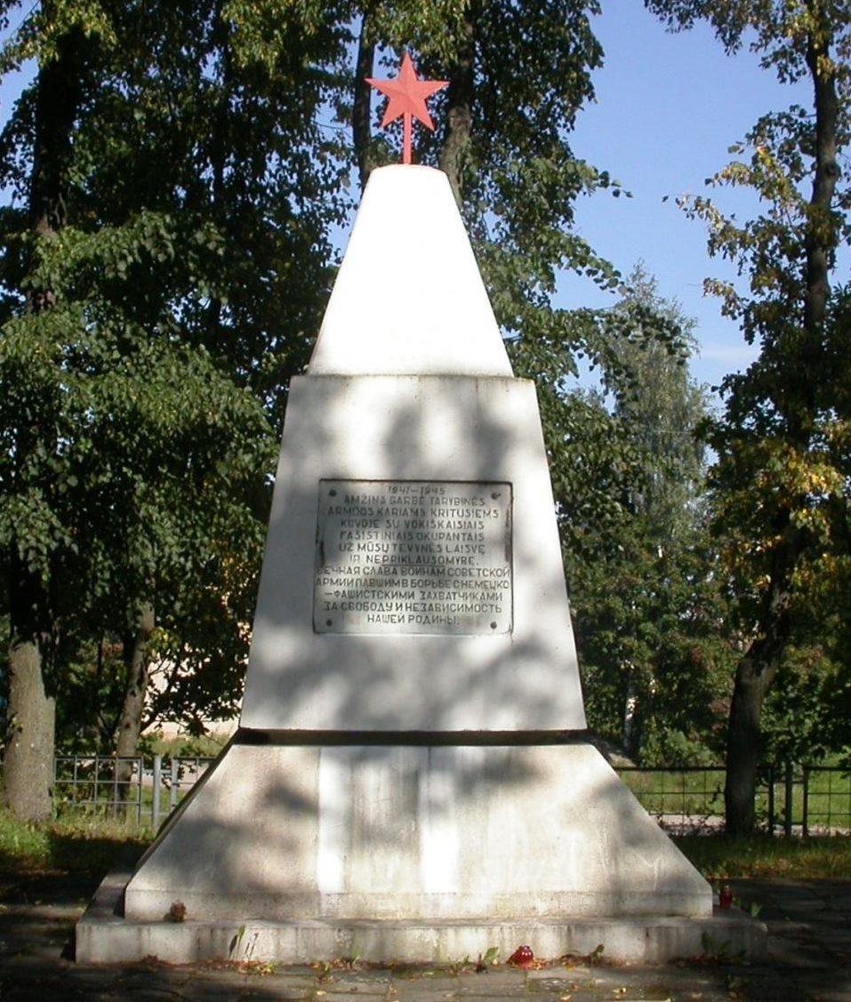 д. Рудамина Ладзийского р-на. Памятник на воинском кладбище, где похоронено 229 воинов, в т.ч. 1 неизвестный, 65-го стрелкового корпуса, погибших в 1944 году.