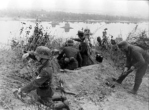 Немецкие солдаты оборудуют огневую точку на берегу Днепра.