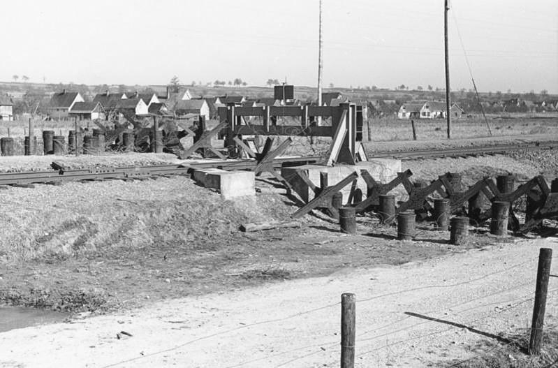 Противотанковое заграждение на железнодорожном пути. Март, 1940 г.