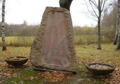 х. Арини, волость Заубес, край Аматас. Памятник на братском могиле, в которой похоронены 296 советских воинов, в т.ч. 4 неизвестных, погибших в годы войны.