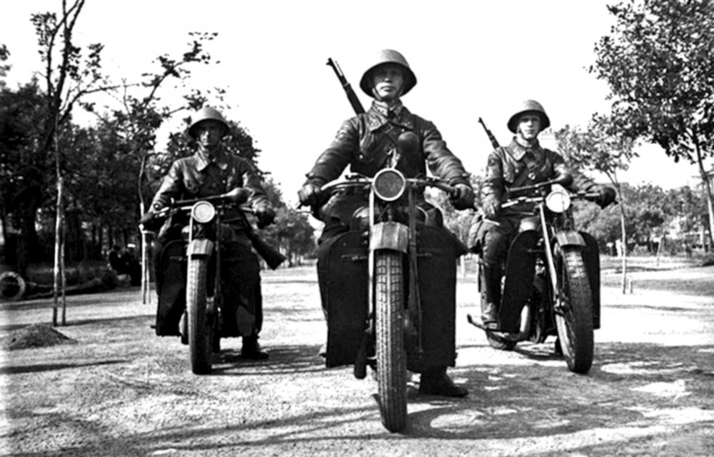Милиционеры-мотоциклисты. Москва. 1941 г.