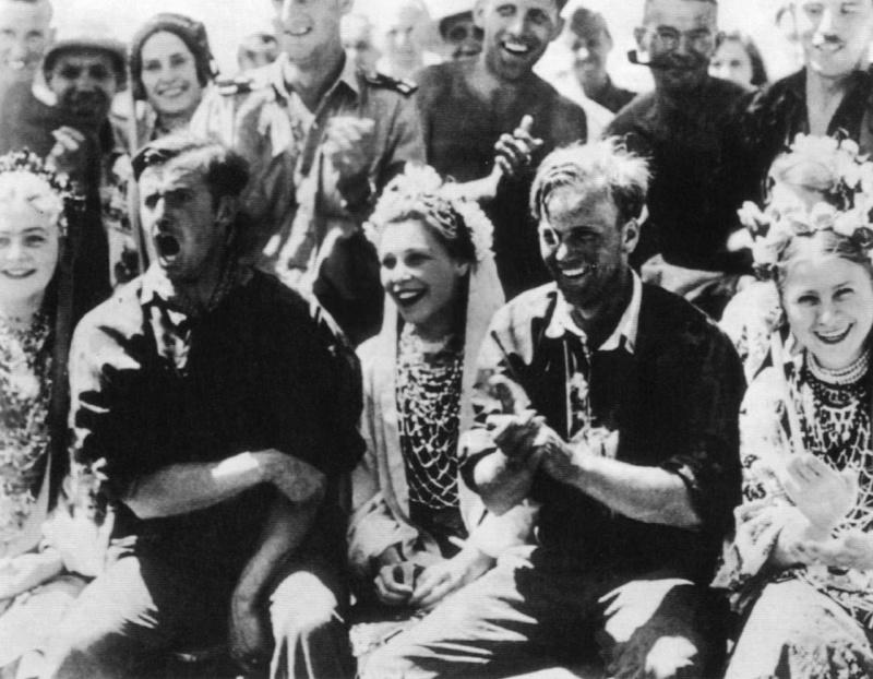 Солдаты дивизии СС «Лейбштандарт Адольф Гитлер» на празднике с украинскими девушками. 1941 г.