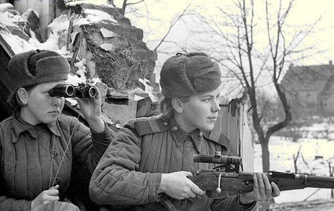 Снайперы Р. Шанина (справа) и З.Шмелева. 3-й Белорусский фронт. Январь 1945 г.