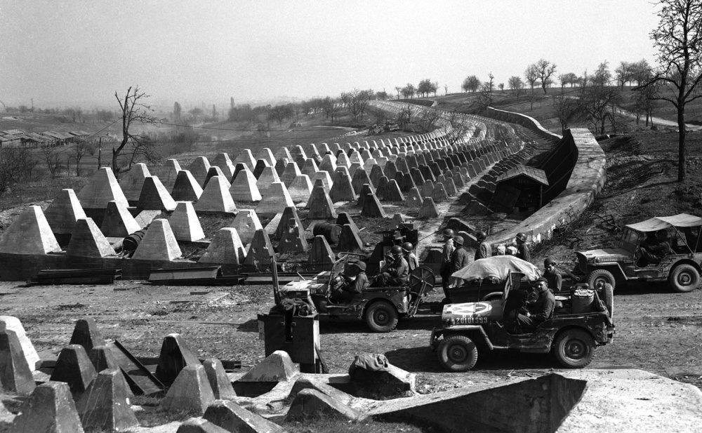 Американские солдаты пересекают линию Зигфрида.