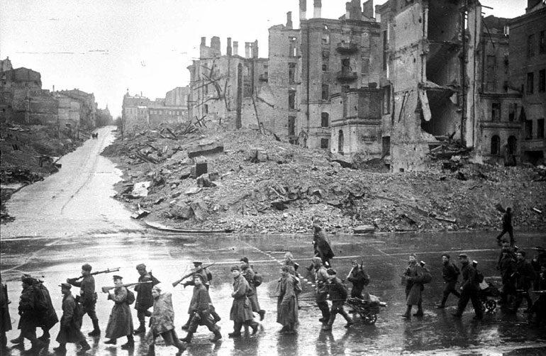 Советские солдаты идут по Крещатику. 1943 г.