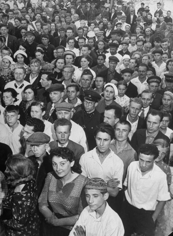 Москвичи слушают последние военные сводки новостей в Парке культуры. Лето, 1941 г.