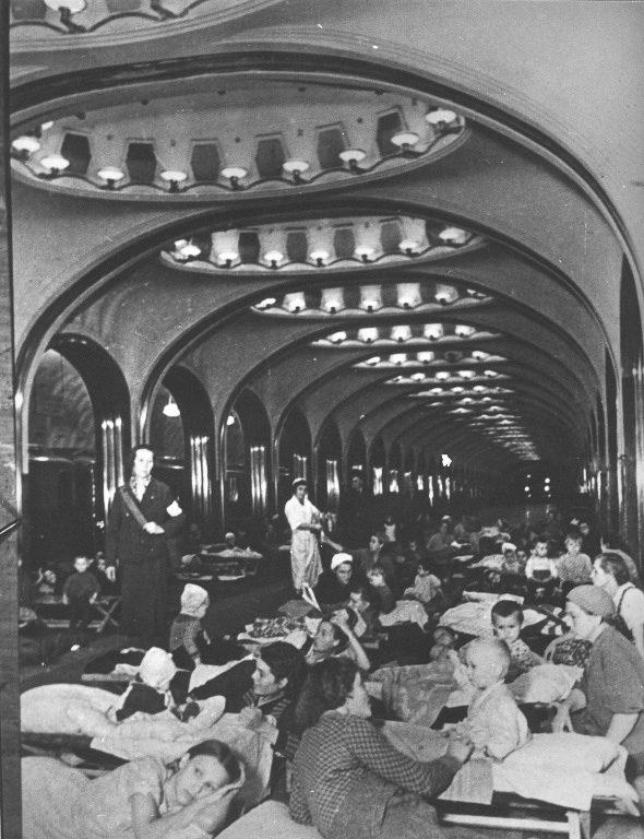 Женщины с детьми в бомбоубежище на станции метро «Маяковская». Весна, 1942 г.