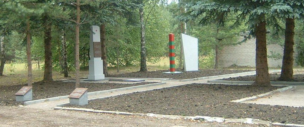 д. Устроне Ладзийского р-на. Памятники на территории погранзаставы в Устроне на месте захоронение начальника заставы А. Тищенко и 22 пограничников, погибших 22 июня 1941 года.