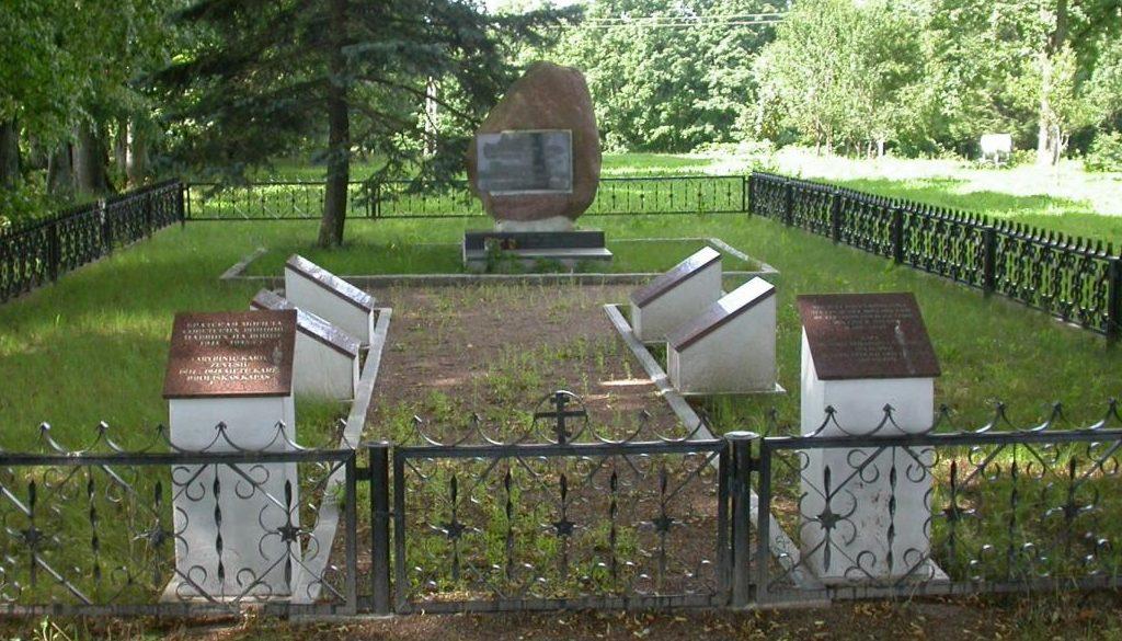 д. Шарке Скуодасского р-на. Братская могила у дороги в окрестностях Александрии, в которой похоронено 57 советских воинов, в т.ч. 12 неизвестных.