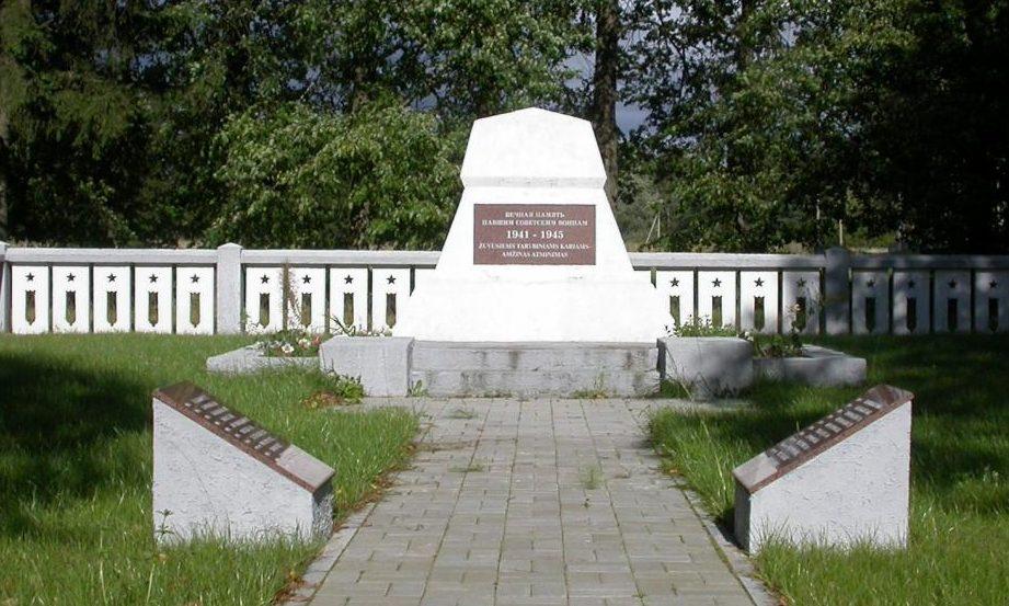 п. Шимонис Купишкского р-на. Памятник по дороге из Шимонис в направлении Шимонского леса, установленный на братской могиле, в которой похоронено 22 советских воина.