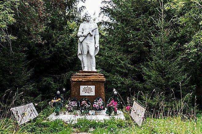 с. Новоманошкино Заринского р-на. Памятник 36 воинам-землякам, погибшим в годы Великой Отечественной войны.
