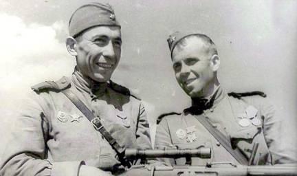 Сержант Ахмедьянов А.А (слева) до войны студент пединститута в г. Уфе. Ленинградский фронт. Июнь 1943 г.