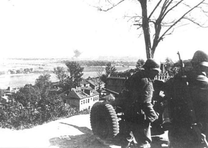 Немецкое орудие ведет огонь из Мариинского парка по отступившим в Дарницу частям РККА. 20 сентября 1941 г.