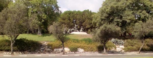 Общий вид скульптурной группы в парке.