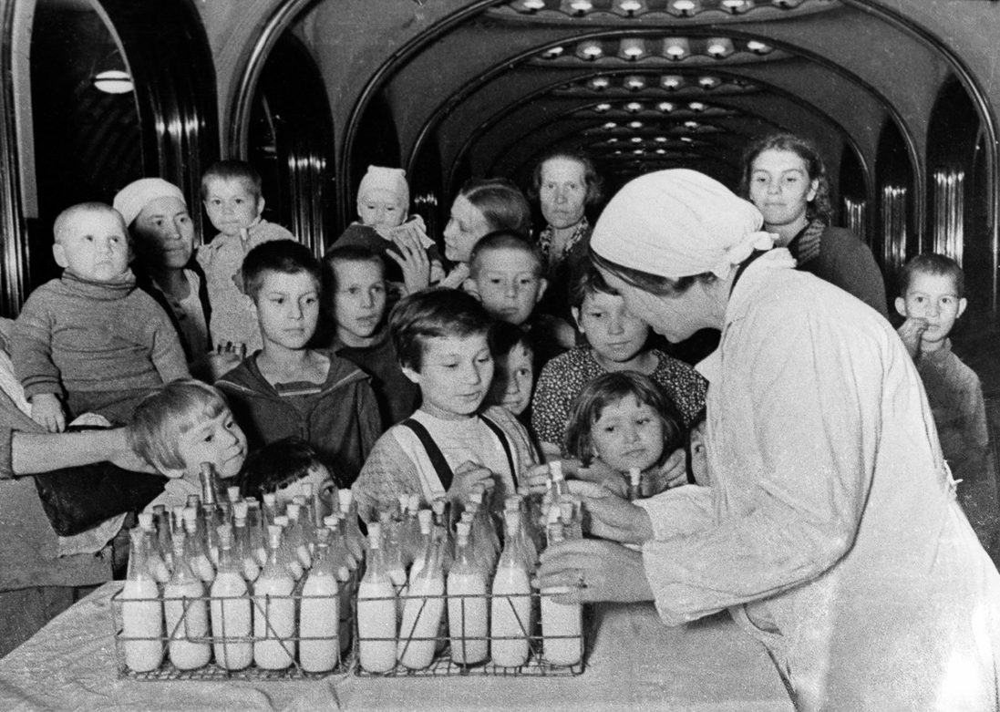 Раздача молока. Весна, 1942 г.
