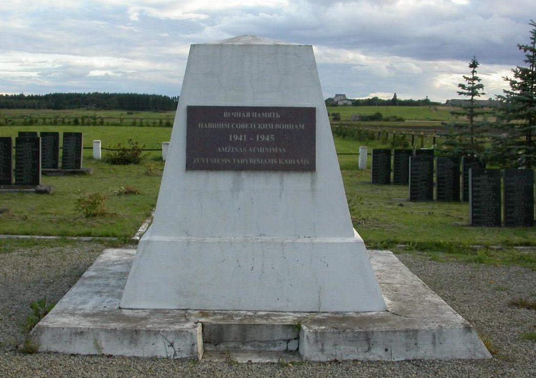 п. Камаяй Рокишкского р-на. Памятник по улице Страздопос на воинском кладбище, где похоронено 610 советских воинов 357-й стрелковой дивизии, погибших в июле 1944 года в окрестностях городка. Среди них – 27 неизвестных.