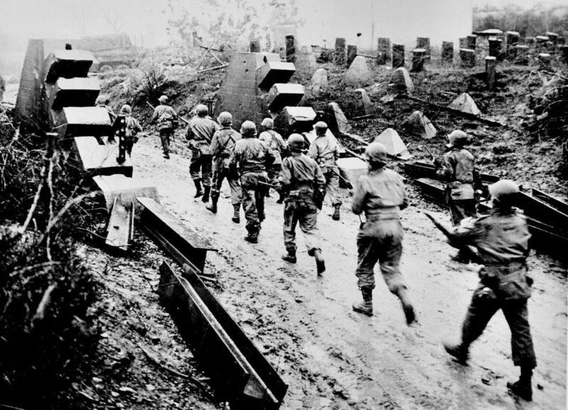 Американские солдаты пересекают линию Зигфрида. Сентябрь, 1944 г.
