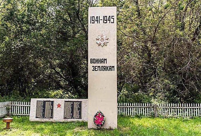 с. Новозыряново Заринского р-на. Памятник 112 воинам-землякам, не вернувшимся с войны.