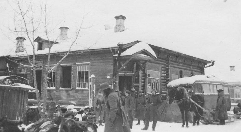 Немцы у комендатуры в оккупированном селе.