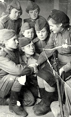 Снайпер Соловей Нина среди боевых подруг.