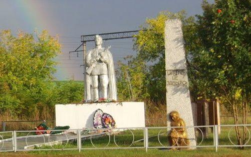 с. Повалиха Первомайского р-на. Памятник воинам, погибшим в годы войны.