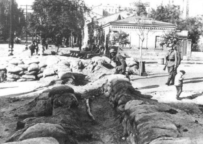 Немцы осматривают укрепления на пересечении улиц Жилянской и Кузнечной. 20 сентября 1941 г.