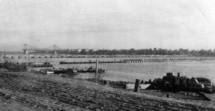 Сооруженные немцами временные переправы. 1942 г. Сейчас здесь проходит Днепровская набережная.