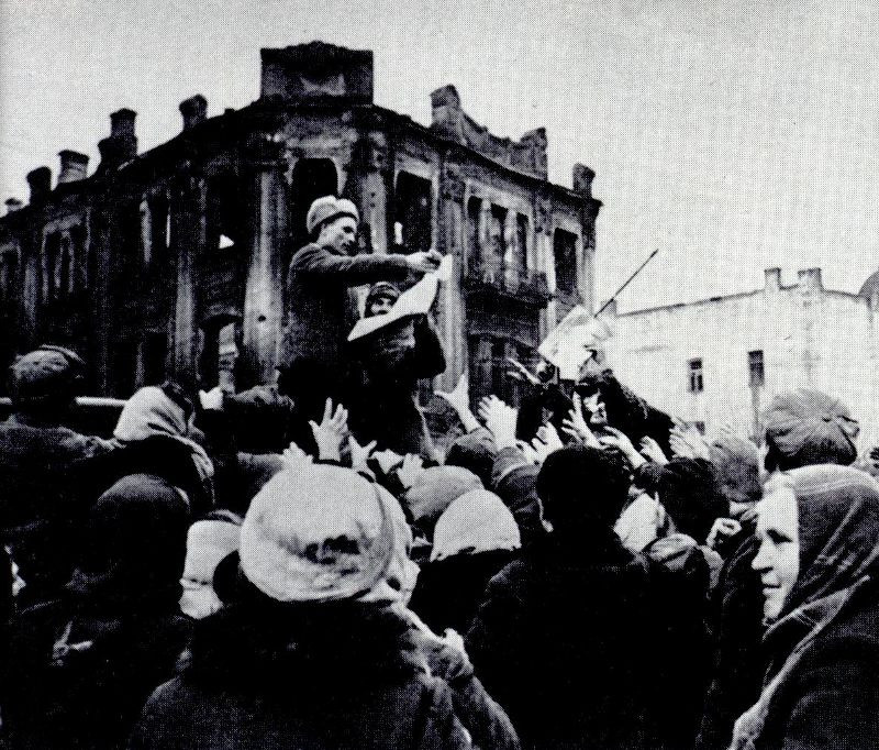 Распространение советских газет в освобожденном городе. 1943 г.