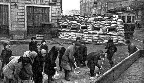 Москвичи строят баррикады. Октябрь, 1941 г.