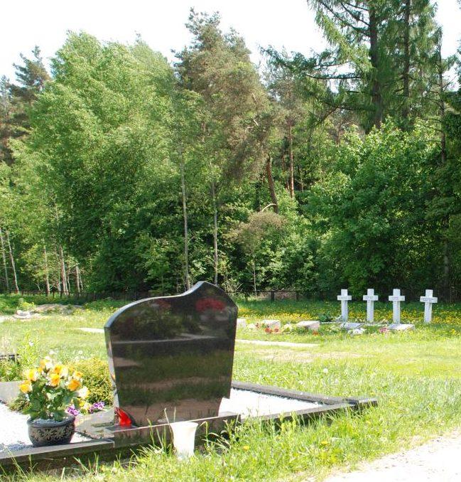 г. Шальчининкай. Памятник на кладбище, установленный на братской могиле, в которой захоронен красноармеец Крат. Г.С. и 6 неизвестных солдат, погибших в 1944 году.
