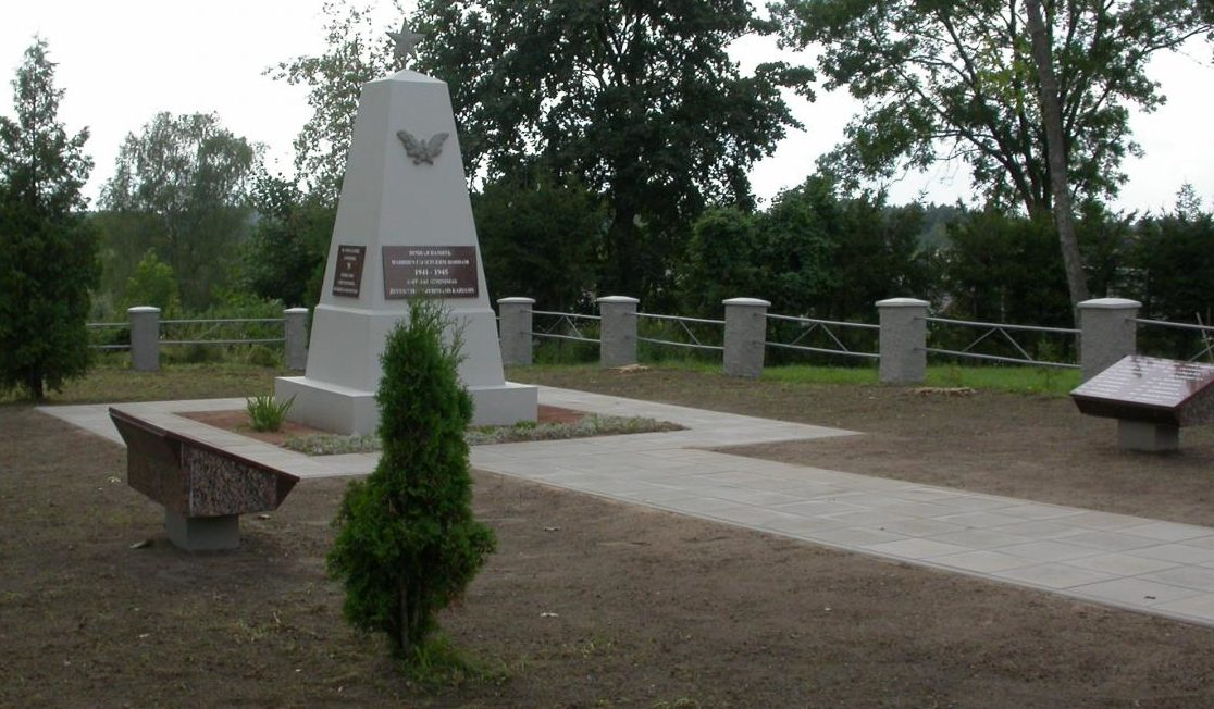 п. Видукле Расейняйского р-на. Памятник на кладбище советских воинов по улице Атейтес у средней школы, где похоронены 119 воинов, в т.ч. 79 неизвестных, 113-го стрелкового корпуса, погибших в октябре 1944 года.