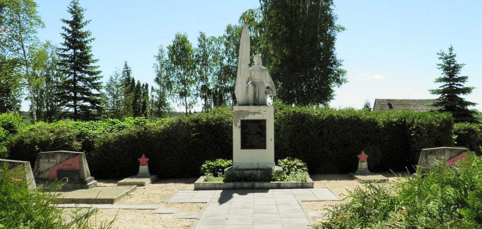 г. Обяляй Рокишкского р-на. Памятник, установленный на братской могиле советских воинов.