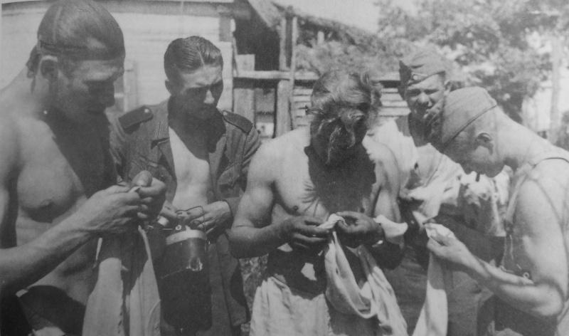 «Ловля» вшей. 1942 г.
