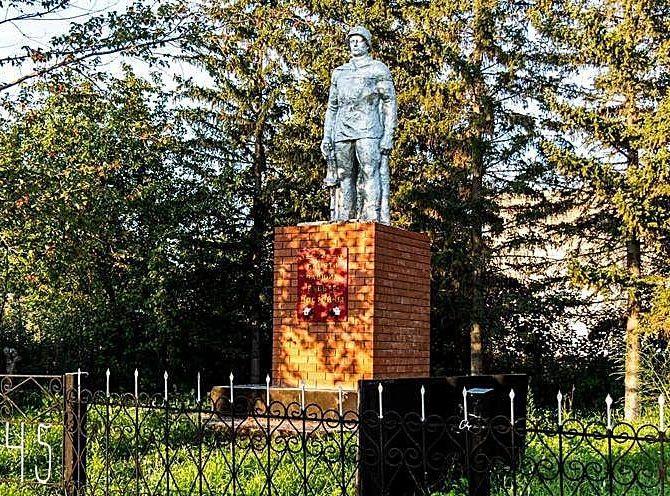 с. Сорочий Лог Первомайского р-на. Памятник 160 землякам, погибшим в годы войны.