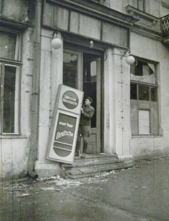 Демонтаж вывески «Только для немцев». Ноябрь 1943 г.