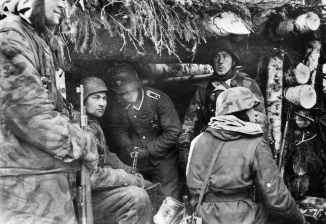 Немецкие солдаты в блиндаже на линии Пантера.