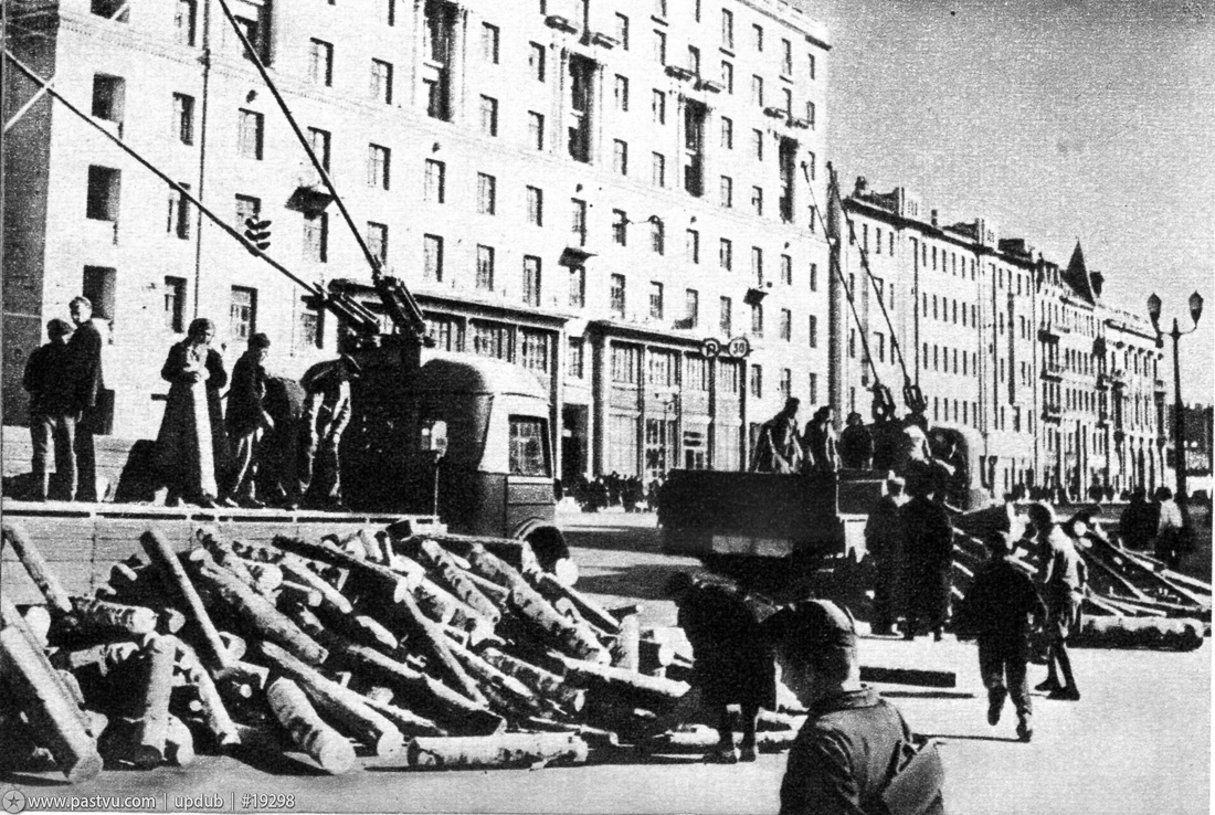Улица Горького у Белорусского вокзала. Заготовка дров на зиму. Осень, 1942 г.