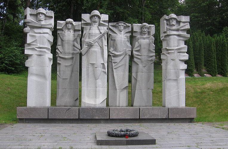 Скульптурная группа мемориала и Вечный огонь.
